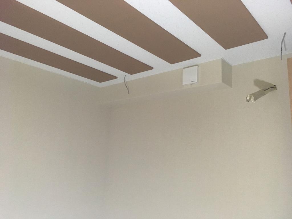 クロス施工完了後にお邪魔させていただきました。 天井に梁型で吸排気ダクトボックスを設けています。