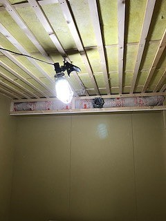 吸音天井の下地組みです。 梁型で吸排気ダクトボックスをつくっています。 弊社木工事完了後に本体工事に引き継ぎクロス工事や電気工事を施工していただきます。