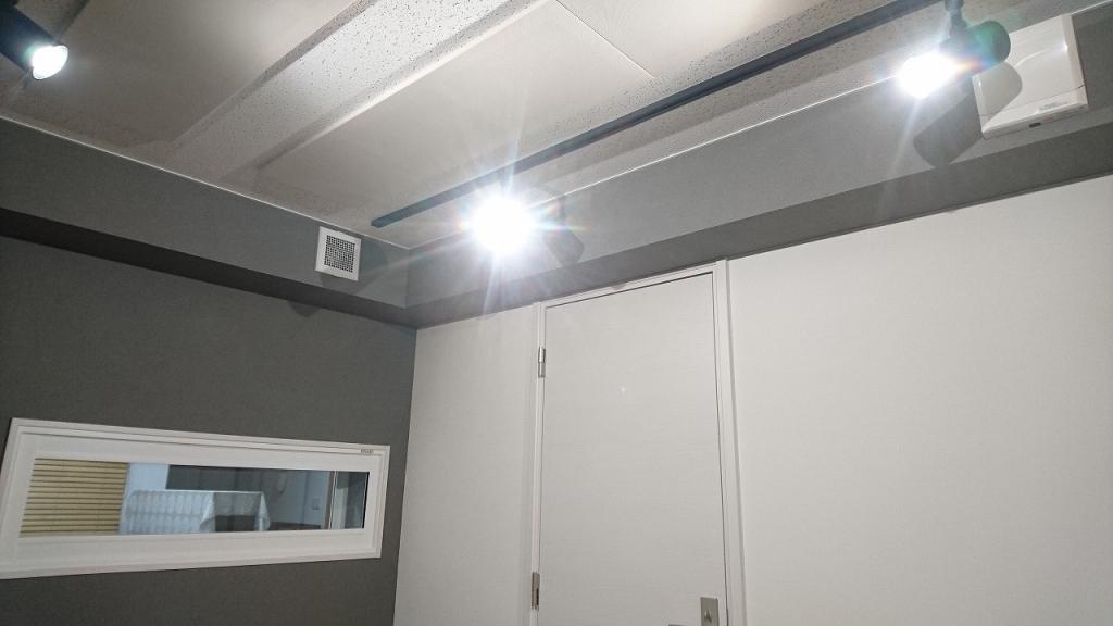 クロス施工完了です。お引渡しとなりました。 廊下側入り口には木製防音ドアを2重で設置しています。