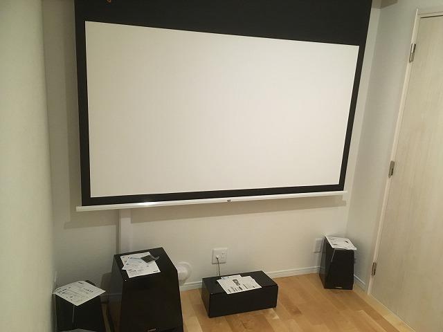 クロス施工後にスクリーンなどの設置に伺いました。