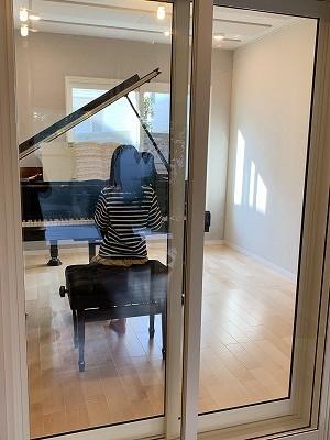 ピアノ搬入後にお客様からお写真を頂きました! 娘さんにも喜んで頂けたこと大変うれしく思います。 これからも楽しんで使っていただきたいです。 ありがとうございました。