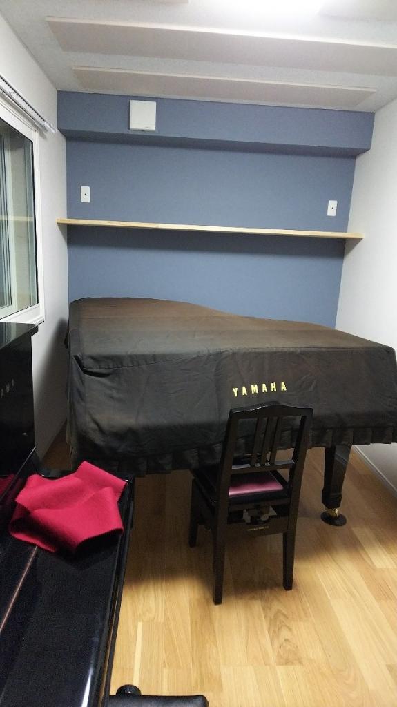 ピアノが搬入されました。 天井は吸音天井で仕上げて音の響きを調整しています。