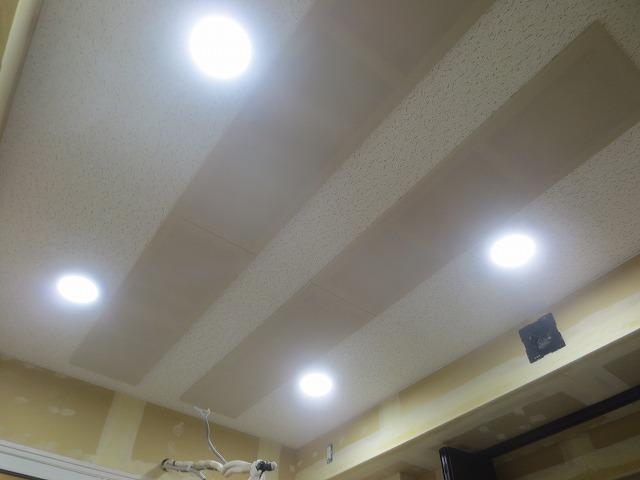 弊社の工事が完了しました。 天井には弊社オリジナルの吸音パネルを設置して音の響きを調節しています。