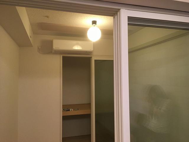 クロス施工も完了しお引き渡しとなりました。 収納の前にも樹脂サッシの掃き出し窓を2重で設置して既設の広さのまま使用できるようにしています。