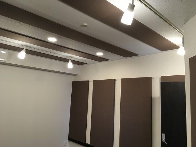 完成しました。 天井と壁に弊社オリジナルの吸音パネルを設置してデットな音響空間に仕上げています。
