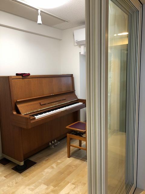 お客様からピアノ搬入後にお写真を頂きました。 出入口には2重で樹脂サッシを入れています。 明るいお部屋に仕上がっています。