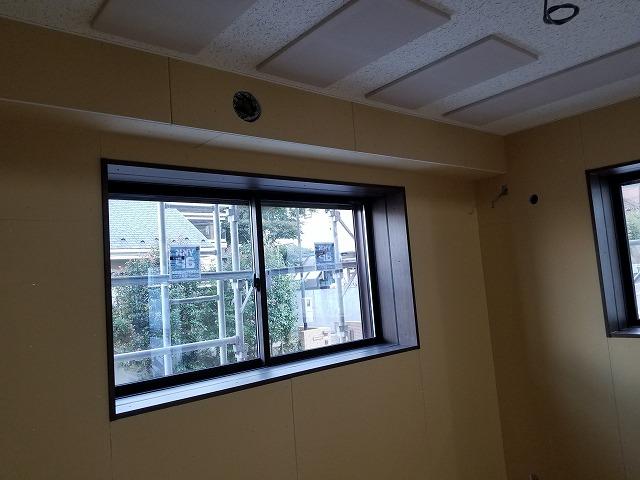 弊社の木工事が終わりました。 腰窓には内側に樹脂サッシを入れます。 もう一度、本体工事に引き継ぎクロス工事などの内装を仕上げて頂きます。