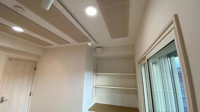 完成しました。 既設収納は取り壊し、デスクカウンターと楽譜棚につくり変えました。 光が入る明るいお部屋に仕上がりました。