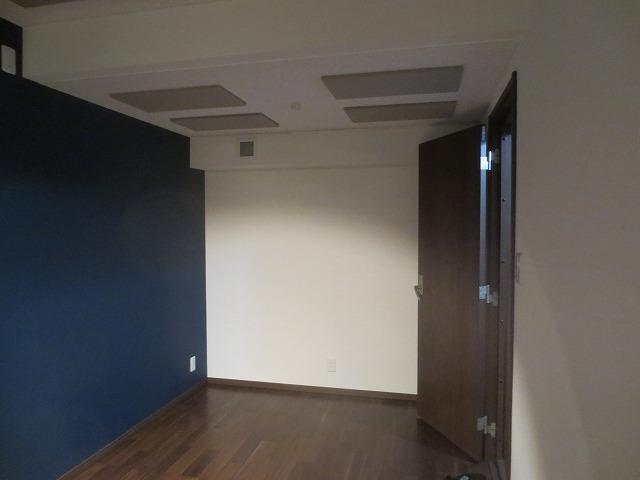 完成しました。無事にお引き渡し完了です。 アクセントクロスと建具の色味で落ち着いた雰囲気のお部屋に仕上がりました。