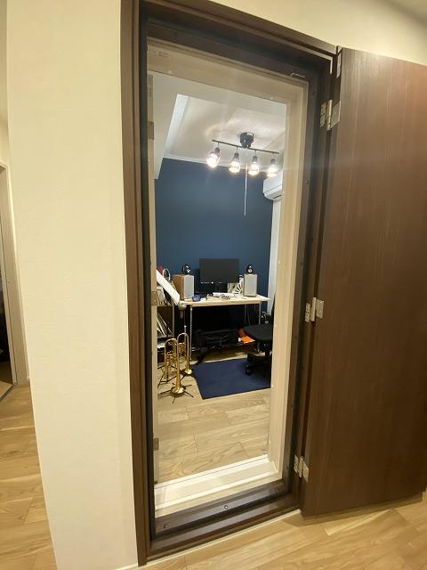完成後のお写真を頂きました。 ありがとうございます! 出入口には木製防音ドアを2重で設置しています。 廊下は他のお部屋の建具と色味を揃えています。
