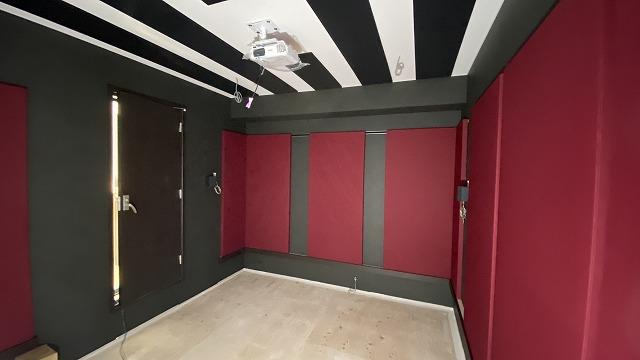 本体工事に引き継ぎクロスなどの内装仕上げをして頂きました。壁のパネル設置にお邪魔しました。