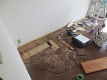 少しでも天井を高くするため、床を解体します。