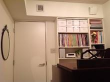 収納棚の設置で、楽譜の整理がしやすくて便利!インテリアにも美しい防音室です。