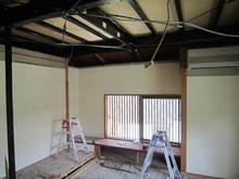 部屋を解体します。天井を落として、床も壊します。
