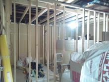 柱を立て、部屋の基礎を作っていきます。