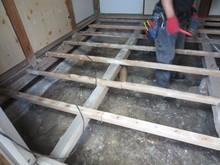 少しでも天井を高くするために床を解体し新たに作り直します。