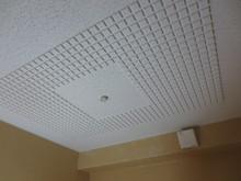 天井には吸音材を入れ上部からの反響を抑えます。