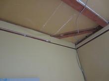 躯体の壁、天井にはプラスターボードを貼り隙間を埋めて音が漏れないようにしていきます。