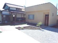 ピアノ室とお住まいの住居をレンガ道でつなぎ、花壇を作りました。