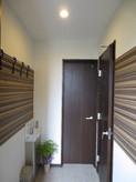 玄関を入るとお客様用コートハンガーがあり、奥にはお手洗いがあります。右手の部屋がカラオケルームになります。