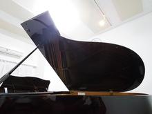 2015年秋、グランドピアノがはいりました。 通常のシーリングライトとは別に手元を照らすスポットライトを取り付けています。