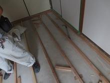 解体作業後、浮き床を施工していきます。