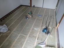 当社の防音室はゴムで床を浮かせて宙いたお部屋をつくっていきます。