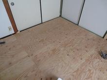 浮き床が完成しました。この床の上に防音室側の柱をたてて壁と天井をつくっていきます。