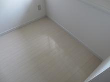 白いフロアー材を使ったのでお部屋が広くさわやかに感じます。