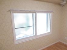 外に対する窓は既設の窓と2重サッシを新たに追加したので3重となりました。外にはほとんどピアノの音は聞こえません。