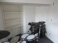近くには可動棚を設け楽譜や音楽DVDを収納できます。