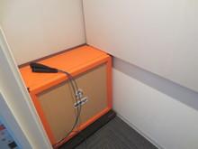 ギターアンプを鳴らしての録音が可能です。スペースが狭く音が反響しやすいのでなるべくデッドな環境を作っています。