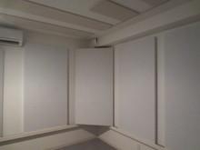 このように壁に斜めにかけることも可能です。いろいろな設置方法を試して好みの音環境に仕上げれます。