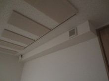 隙間がないということは音だけではなく空気も閉じ込められてしまいます。なので換気扇を必ずつけ空気を循環させます。