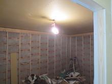1枚だけ工事中の風景を。 じつは壁にも吸音材がびっしりです。ドラムが入る部屋は基本的に窓は無となっています。 暑いですよ~