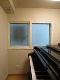 もう1つの窓には2重の樹脂サッシを付けて遮音性を上げています。