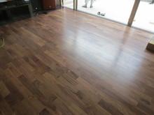 床のフロアー材にはウォールナットを使いました。落ち着いた色の木なので高級感があります。