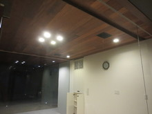 今回防音室は別に天井付スピーカーの設置も行いました。こちらは客間です。黒く四角いものがスピーカーです。