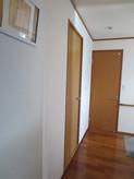 手前側のドアが防音室の出入口です。他の建具に似た色味のドアで違和感ありませんよね?