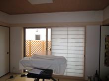施工前のお部屋の様子です。奥に見える掃出し窓は外部に対する遮音を考え、腰窓仕様で施工しました。