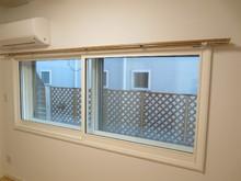こちらがその掃出し窓部分の施工後の写真です。防音仕様の2重サッシに加え、躯体側の掃出しサッシの3重構造です。
