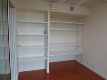 床の間と収納スペースがあった場所には楽譜棚と楽器の収納棚をつくりました。