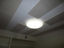 天井には吸音パネルを取り付け、音の反響を調節しています。