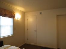 工事後の寝室側から見た写真です。増設した壁も寝室のクロスと同じようなものを張り、違和感なく仕上がりました。