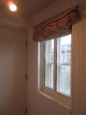 窓には2重の樹脂サッシを取り付けています。既存のアルミサッシと合わせると3重の窓になっており、屋外への遮音性能を上げています。