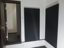 壁全面に設置しドラムの反響を抑え長い時間練習しても疲れないお部屋にします。