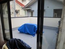 ピアノ室の屋上には二階のリビングから でられるベランダを設けました。ゆえに費用が少し余計にかかってしまいました。