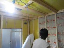 防音室の工事です。黄色の吸音材はグラスウールで 隣接したコンクリートの振動防止で最後の吸音の砦です。下地は壁も天井もまったく躯体と接触していません。