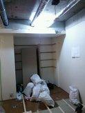 天井解体後 天井裏に排気のダクトが現れました。このパイプの下に天井を作ると。。。天井高がやたらと低くなってしまいます。