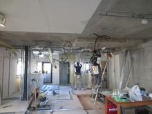 解体中です。 既存の壁、天井、床を壊します。